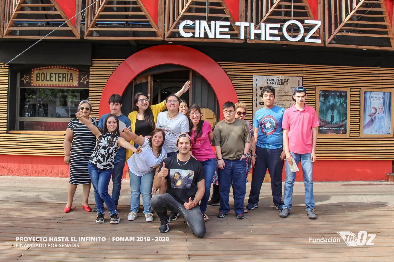 Grupo de participantes del taller de Creación Audiovisual, junto a su profesor, mirando hacia el frente, sonriendo, y algunos de ellos con los brazos arriba.
