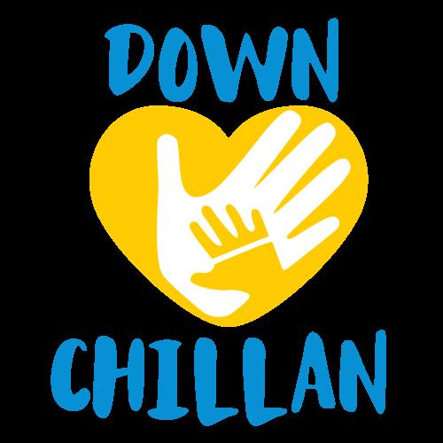 """Logotipo Down Chillán. En la parte superior se encuentra la palabra """"Down"""", debajo de la palabra se encuentra un corazón, en el que en su interior se observa una mano grande y encima de ésta una mano pequeña, y debajo del corazón se encuentra la palabra""""Chillán""""."""