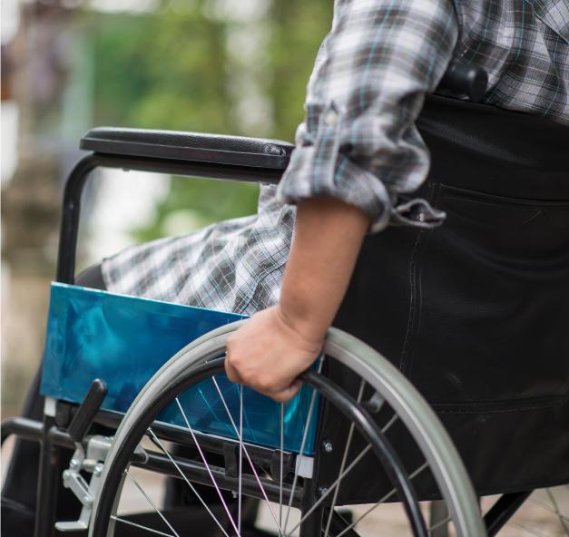 Joven en silla de ruedas.