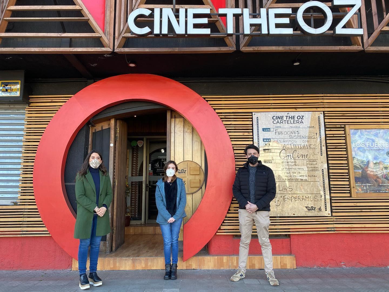 Foto donde esta seremi de las culturas las artes y el patrimonio, directora ejecutiva de fundación the oz y director general de fundación the oz, posando en el frontis de cine the oz.